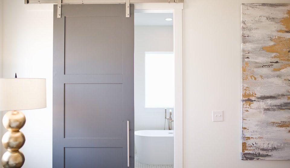 Drzwi przesuwne – sposób na oszczędzenie miejsca we wnętrzu